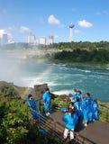 Toeristen bij Niagara Falls Stock Afbeelding