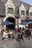 Toeristen bij openluchtkoffie in centrum van de middeleeuwse stad Gent binnen Stock Foto