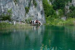 Toeristen bij Plitvice Meren, Kroatië. Stock Afbeeldingen