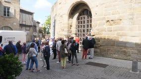 Toeristen bij poorten van het kasteel van Carcassonne stock videobeelden