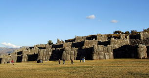 Toeristen bij ruïnes van Sacsayhuaman Stock Afbeelding