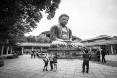Toeristen bij standbeeld van Grote Boedha van Kamakura, Japan Stock Afbeeldingen