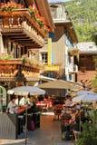 Toeristen bij terrasrestaurant op centrum Zermatt stock afbeeldingen