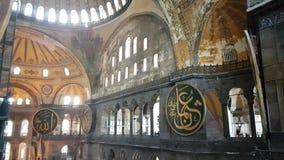Toeristen binnen van Hagia Sofia in Istanboel stock videobeelden