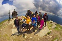 Toeristen bovenop Petros in de Karpaten Stock Afbeeldingen