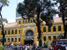 Toeristen buiten het postkantoor in Saigon Royalty-vrije Stock Foto's