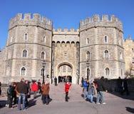 Toeristen buiten Kasteel Windsor in Engeland Stock Foto's