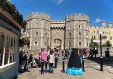 Toeristen buiten Koninklijk Kasteel Windsor in Engeland Stock Afbeeldingen