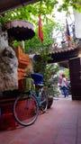 Toeristen buiten tempel, Hanoi, Vietnam stock afbeelding
