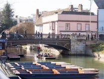 Toeristen in Cambridge UK die, 12 Februari 2018, op de Rivier het wegschoppen Stock Afbeeldingen