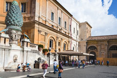 Toeristen in Cortile-della Pigna van de musea van Vatikaan Royalty-vrije Stock Foto's