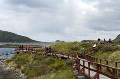Toeristen in de Baai Lapataia in het nationale Park van Tierra del Fuego stock afbeeldingen