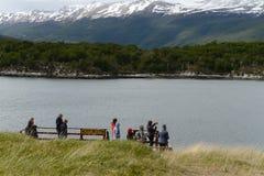Toeristen in de Baai Lapataia in het nationale Park van Tierra del Fuego stock foto