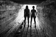 Toeristen in de houten sluis van de dam Royalty-vrije Stock Foto