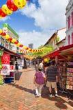 Toeristen in de markt van de de Chinatownstraat van Singapore die met pap worden verfraaid Stock Afbeeldingen
