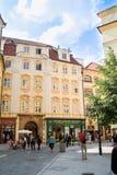 Toeristen in de straten van Praag Stock Foto's