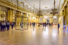 Toeristen in de Wapenkundige Zaal van de Kluismuseum van de Staat Heilige Petersburg Rusland royalty-vrije stock foto