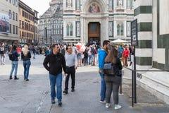 Toeristen dichtbij Baptistery in ciity van Florence Stock Afbeelding