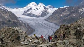 Toeristen dichtbij de Grote Aletsch-Gletsjer Valais, Zwitserland royalty-vrije stock foto