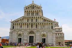 Toeristen dichtbij de Kathedraal (Duomo-Di Pisa) in Pisa, Italië stock fotografie