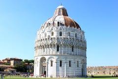 Toeristen dichtbij Doopkapel van St. John in Pisa, Italië Royalty-vrije Stock Afbeeldingen