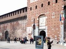 Toeristen dichtbij ingang aan Sforza-Kasteel in Milaan royalty-vrije stock fotografie