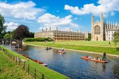 Toeristen dichtbij Koningenuniversiteit op de Universiteit van Cambridge, Engeland Stock Fotografie