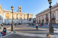 Toeristen dichtbij museum op Piazza del Campidoglio Stock Foto