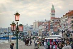 Toeristen dichtbij Plaatsst Tekensvierkant in Venetië Royalty-vrije Stock Afbeeldingen