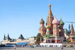 Toeristen dichtbij Pokrovsky-Kathedraal op Rood Vierkant Stock Afbeelding