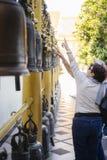 Toeristen dichtbij rij van plechtige klokken Royalty-vrije Stock Foto