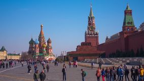 Toeristen dichtbij St de Kathedraal van het Basilicum St de Kathedraal van het Basilicum op Rood Vierkant in Moskou, timelapse stock video