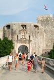Toeristen die aan de ingangsdeur van de oude stad in Dubrovn lopen Stock Afbeelding