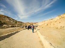 Toeristen die aan de Schatkist, Petra, Jordanië lopen royalty-vrije stock afbeeldingen