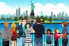 Toeristen die Beeld nemen dichtbij Standbeeld van Vrijheid royalty-vrije illustratie