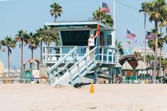 Toeristen die beelden nemen dichtbij de toren van het baaihorloge op het strand van Venetië in Californië de V.S. Stock Foto's
