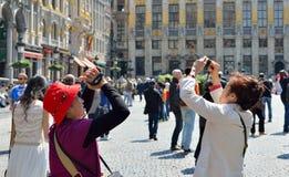 Toeristen die beelden op Grand Place nemen royalty-vrije stock afbeeldingen