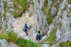 Toeristen die in bergen wandelen - Slowakije, Hoogte Tatras stock afbeelding