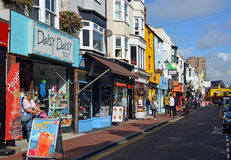 Toeristen die in beroemd Brighton North Laines winkelen Stock Afbeeldingen