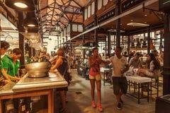 Toeristen die beroemd San Miguel Market, Madrid bezoeken Stock Fotografie