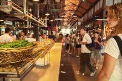 Toeristen die beroemd San Miguel Market, Madrid bezoeken Stock Foto's