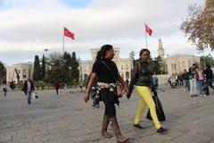 Toeristen die in Beyazit Square Ä°stanbul doorbladeren Royalty-vrije Stock Fotografie