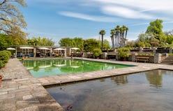 Toeristen die bij de bar in de Botanische Tuin van Villa Taranto, Italië rusten Stock Foto's