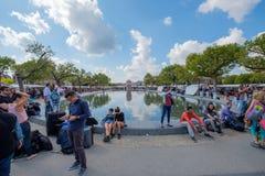 Toeristen die bij het Museumvierkant ontspannen in Amsterdam royalty-vrije stock afbeelding