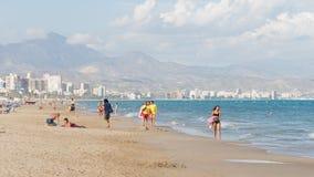Toeristen die bij het strand Alicante ontspannen Stock Foto's