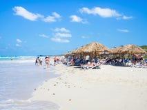 Toeristen die bij het strand van Varadero in Cuba zonnebaden Stock Fotografie