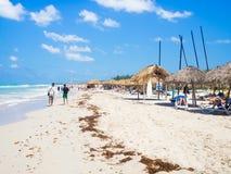 Toeristen die bij het strand van Varadero in Cuba zonnebaden Stock Foto