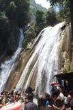 Toeristen die bij Kempty-Dalingen, Mussoorie, India baden Stock Foto's