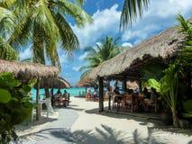 Toeristen die bij koffie in nationale stijl op Palancar-strand, Cozumel-eiland in Mayan Mexico rusten royalty-vrije stock foto's