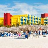 Toeristen die bij Varadero strand in Cuba zonnebaden Stock Afbeeldingen